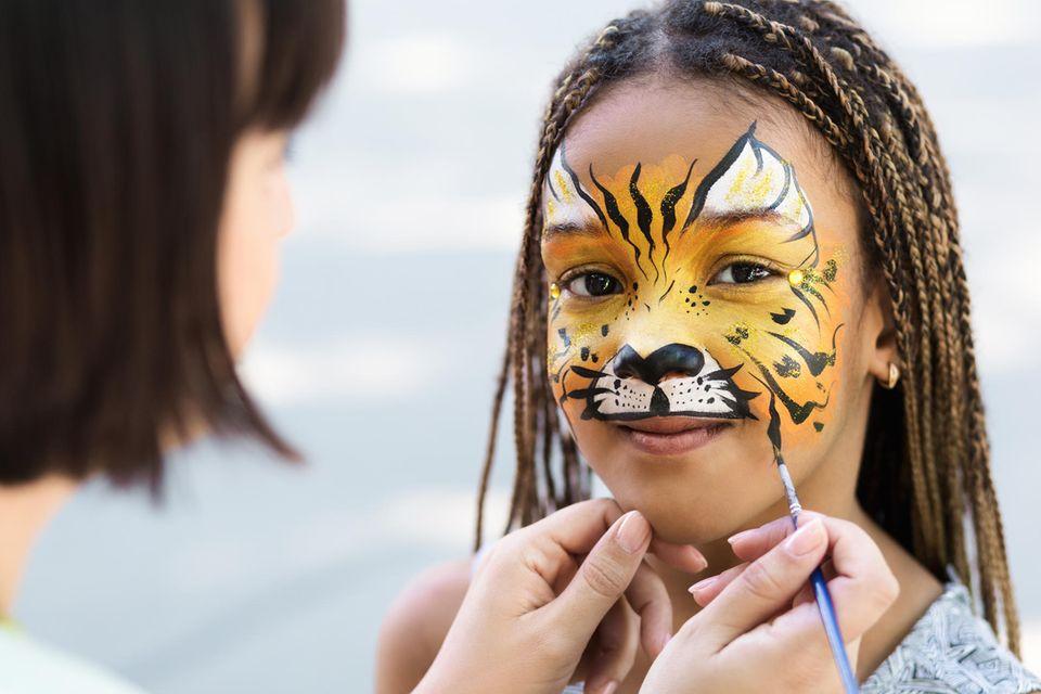 Tiger schminken: Musterungen auf dem Gesicht