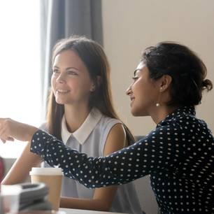 Anschreiben fürs Praktikum: Junge Frauen vor dem PC