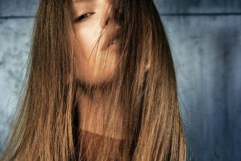 Glänzendes Haar: Geniale Pflege-Tipps: Frau mit braunen langen Haaren