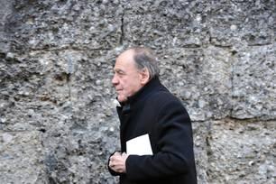 Bruno Ganz im schwarzen Mantel