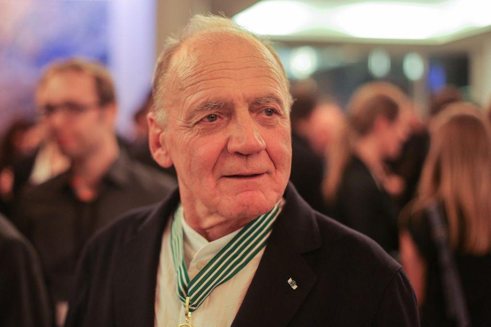 Bruno Ganz mit Medaille auf einer Feier