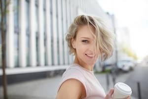 Frau mit schwingenden Haaren ist glücklich
