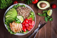 Leicht verdauliche Lebensmittel: Teller mit Gemüse und Hähnchen