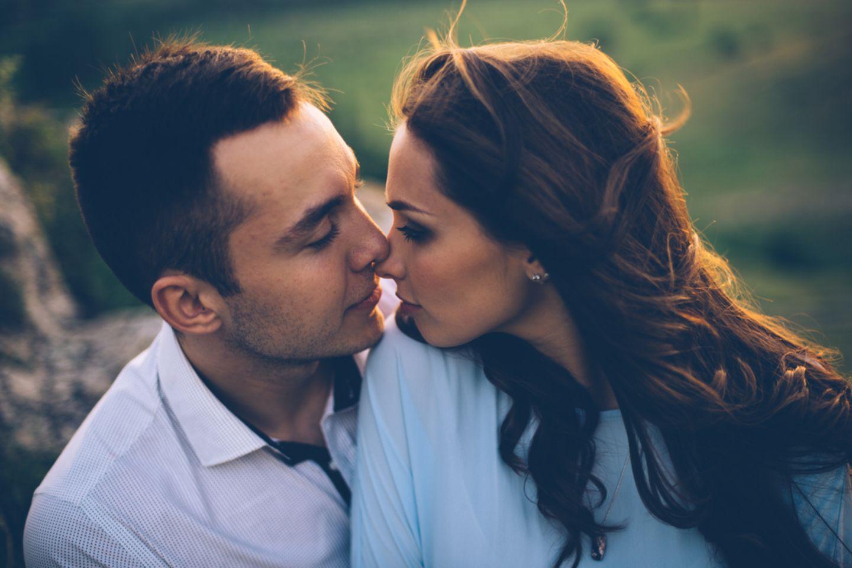 Slow Love: Pärchen schaut sich verliebt an