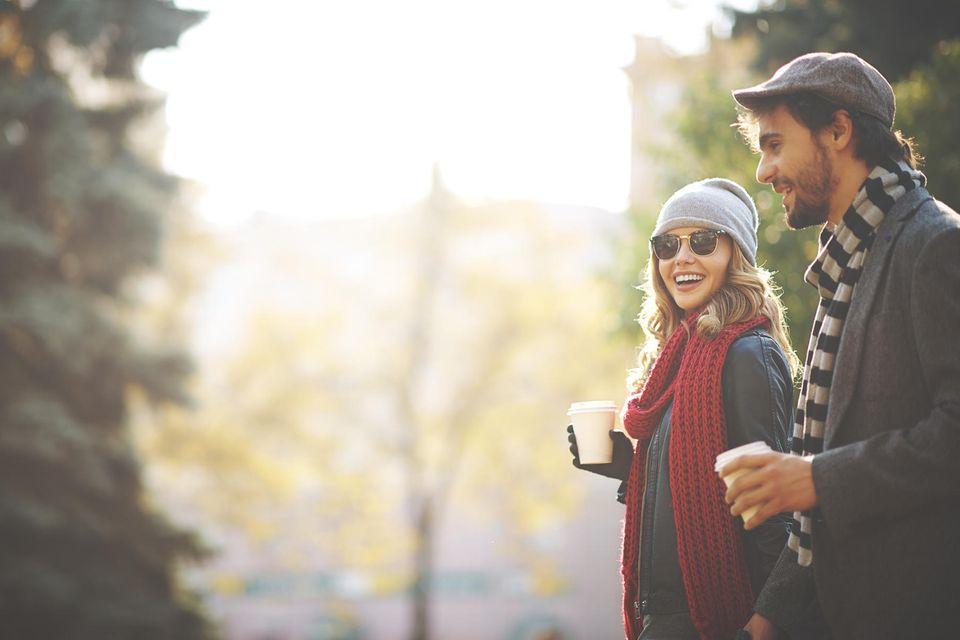Erstes Date wohin: Ein Pärchen geht im Park spazieren