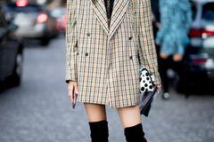 Overknee-Stiefel: Streetstyle mit schwarzen Overknee-Stiefeln zum oversized Blazer