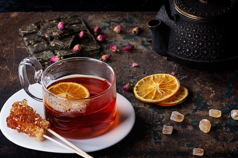 Rooibos Tee: Tee in Tasse mit getrockneter Orange
