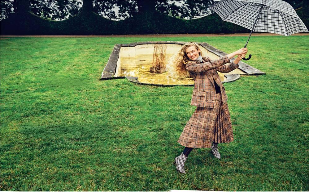 Karomuster: Stylingtipps für den Modetrend 2020: Blazer zu passendem Karorock und Regenschirm