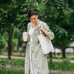 Sinnfluencer : Junge Frau mit wiederverwendbarem Coffe-to-go-Becher