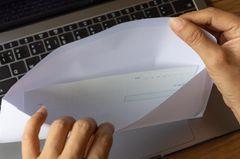 Lohnlücke schließen: Wer sich nicht bemüht, soll Strafe zahlen: Frau öffnet Briefumschlag
