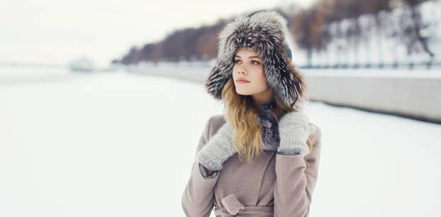 Frau in Mantel und Fellmütze