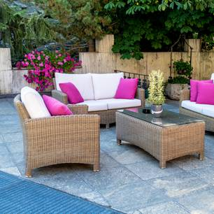 Pflastersteine reinigen: Terrasse mit Sofa-Lounge