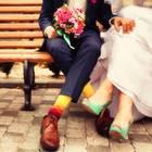 """Hochzeits-Trend """"Friedding"""": Ein BRautpaar auf einer Bank"""