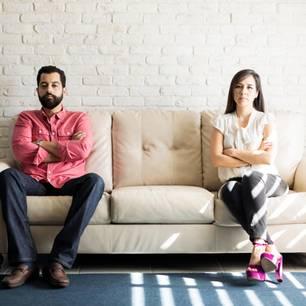 Paar auf Sofa redet nicht miteinander