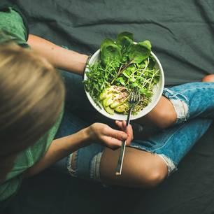 Flexitarier: Frau mit einem Salat auf den Knien