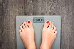 Abnehmen: Frau auf der Waage - Diät