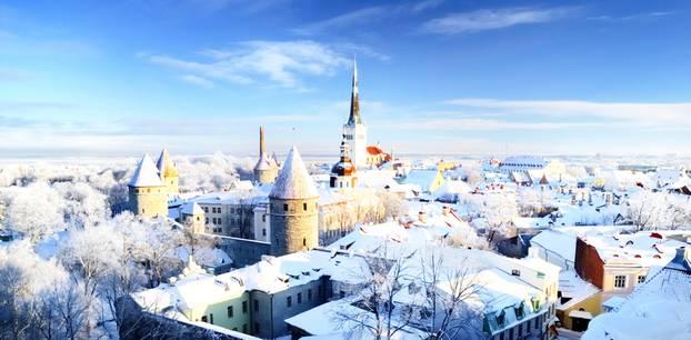 Kurztrip im Winter: Stadt Tallinn mit Schnee bedeckt