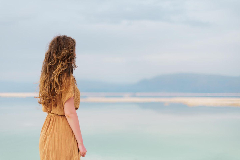 Frau blickt auf's Meer
