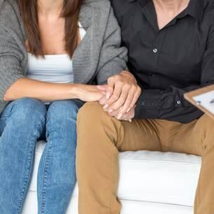 Paar auf Couch im Gespräch mit Therapeutin
