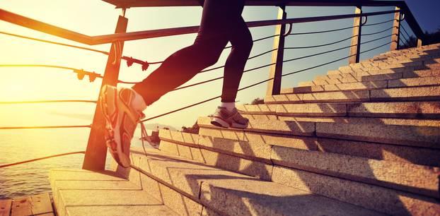 Frau rennt Treppen hoch