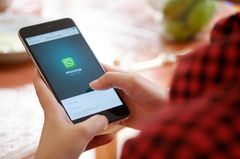 Frau benutzt whatspp auf dem Handy
