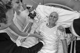 Die besten Hochzeitsfotos der Welt von 2019: Brautpaar am Krankenbett