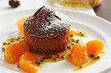 Schokoladen-Zimt-Törtchen mit Passionsfrüchten und Mandarinen