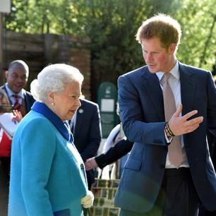Queen Elizabeth II. und Prinz Harry 2015