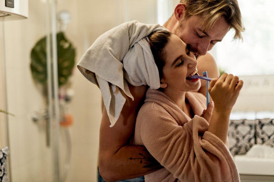 5 unromantische Zeichen, dass du deinen Traummann gefunden hast: Pärchen im Bad