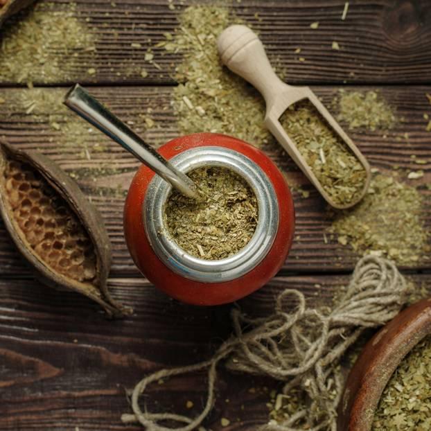 Mate Tee: Matte-Pulver und Tee in Tasse