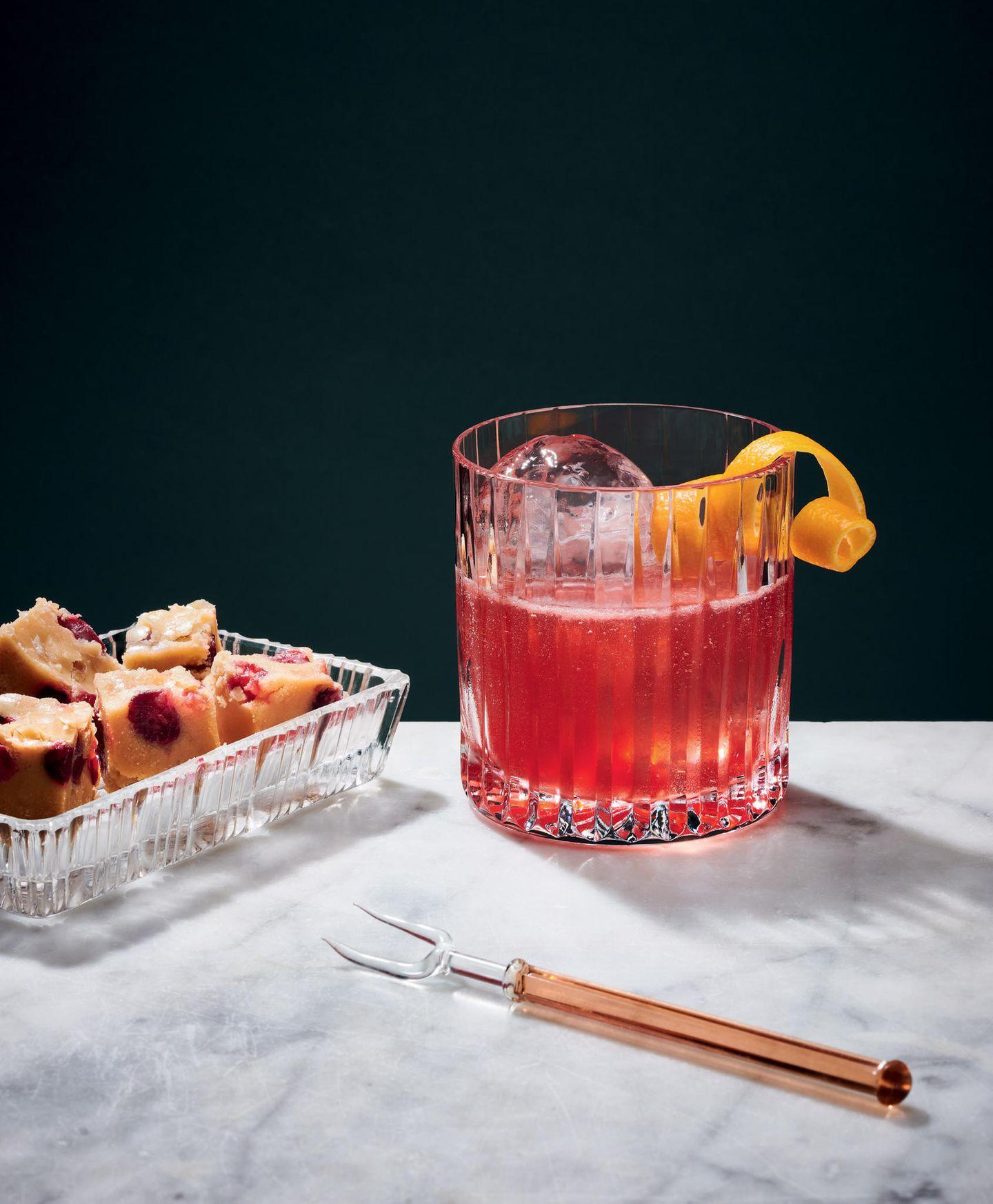 Scarlett O'Hara  für 1 Cocktail:  4 cl Whiskeylikör (z. B. Southern Comfort)  4 cl Cranberrysaft  2 cl Limettensaft  Eis  Orangenschale  1. Die Zutaten mit Eis in einem Shaker mischen und kräftig schütteln.  2. Cocktail in einen gekühlten Tumbler gießen und etwas Eis dazugeben.  Salziges Fudge  für 6 Personen:  500 g Zucker  500 g Sahne  60 g Butter  3 EL Meersalz  3 EL Whiskeylikör  100 g Cranberrys  1. Zucker, Sahne und Butter in einem großen Topf aufkochen und auf kleiner Flamme köcheln lassen.  2. Die Masse so lange köcheln lassen, bis sie die Farbe von Karamell hat.  3. Vom Herd nehmen und das Salz, den Whiskeylikör und die Cranberrys grob unterrühren und in eine mit Backpapier ausgekleidete Form füllen. 2–4 Stunden auskühlen lassen – erst dann ist es schnittfest.  4. Je nach Wunsch in Würfel schneiden oder in Stücke brechen.  Achtung: Das Fudge hält durch die frischen Cranberrys nur 3–4 Tage!  Zubereitungszeit: 35 Minuten + Kühlzeit