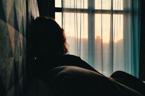 Frau traurig auf Bett