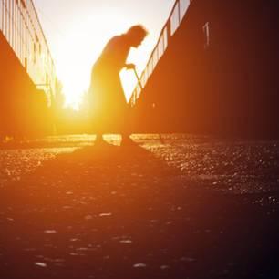 Altersarmut vermeiden: Darauf kommt es an: Senior/in im Sonnenlicht