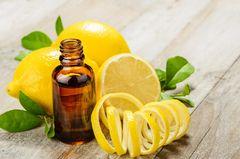Zitronenöl: Zitronenschale neben Ölflasche