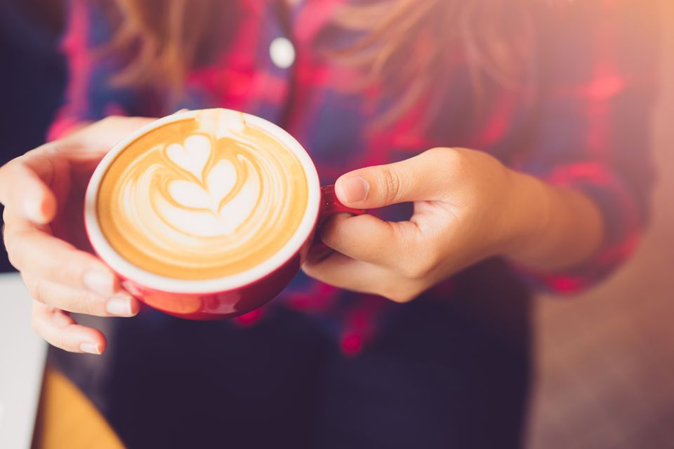 Latte-Faktor: Frau mit Kaffeetasse in der Hand