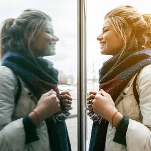 Bye-bye, Januar-Gesicht!: Spiegelbild einer Frau