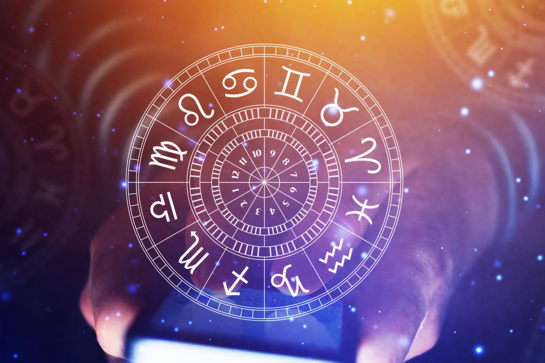 Das Horoskop am 15.01.2020: Eine Frau hält einen KReis mit den zwölf Sternzeichen in der Hand