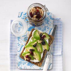 Avocado-Quark-Brot mit Cranberry-Sirup