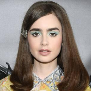 Blauer Lidschatten: Lily Collins bei der Miu Miu 2019 Cruise Show mit pastellblauem Lidschatten