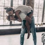 Altlasten in der Beziehung: Ein Mann trägt seine Frau Huckepack