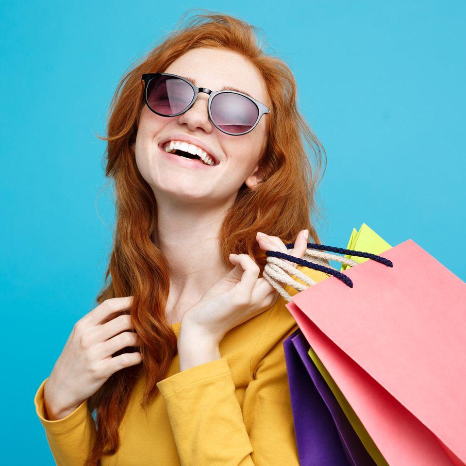 Frau mit Shopping-Tüten