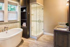 Dusche reinigen: Badezimmer mit Dusche und Badewanne