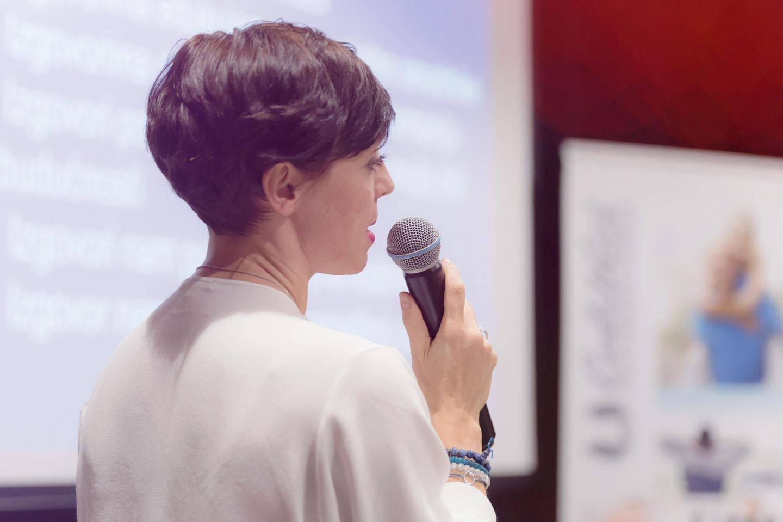 Sprachstörungen bei Erwachsenen: Das große Ääähhhh: Frau am Mikrofon