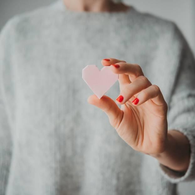 Neu verlieben nach großer Enttäuschung - geht das?: Frau hält Herz in der Hand