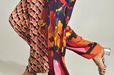 """Fürs Fashion-Revival der Saison braucht es eigentlich nur farben- frohe Prints, fließende Palazzo-Hosen und """"Earth, Wind & Fire""""– do you remember?  LINKS: HOSE Luisa Cerano, ca. 250 Euro TASCHE: Kate Spade SILBER-SANDALETTEN Unützer  RECHTS: HOSE Traffic People, ca. 95 Euro SANDALETTEN Aeyde"""