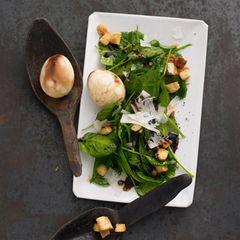 Marmorierte Eier mit Spinatsalat und Croutons