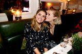 Promi-Events: Mona Buckenmaier und  Anna Loos am Tisch