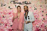 Promi-Events: Rebecca Mir mit Massimo Sinato vor Blumenwand