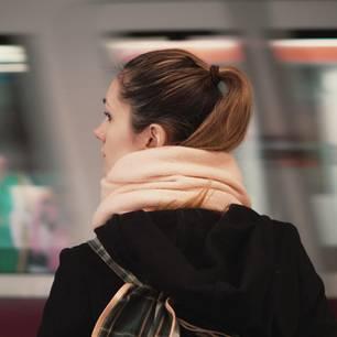 Ambivalenzkonflikt: Ambivalente Gefühle aushalten: Frau steht am Bahnsteig