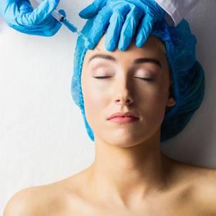 Botox Gefahren: Das musst du wissen: Frau wird Botox gespritzt